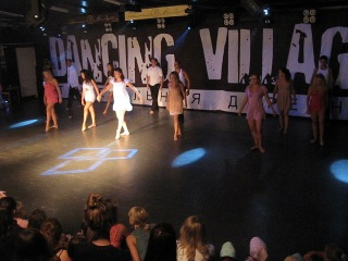 Dancing Village Active Stayle Aliluya